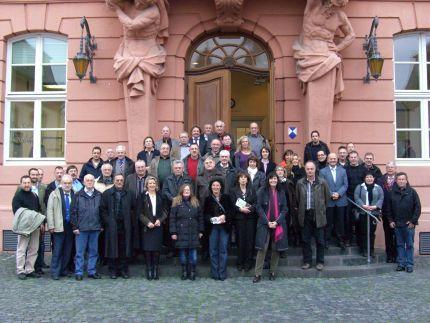 Besuchergruppe vor dem Landtag in Mainz