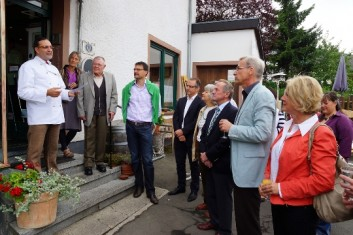Begrüßung der Gäste in der Bäckerei Josef Utters, Dockweiler