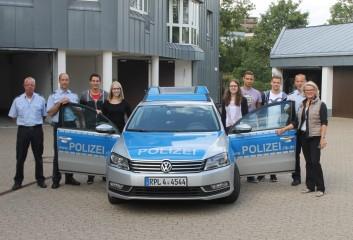 ein starkes Team: die Kollegen der PI Daun mit dem Nachwuchs von morgen und Astrid Schmitt, MdL